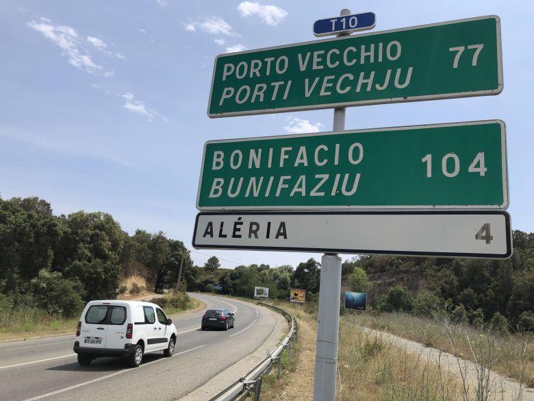 En partant de ce panneau, en théorie, vous ne pouvez aller jusqu'à Bonifacio. Mais la distance à vol d'oiseau vous y autorise. / © Christian Giugliano